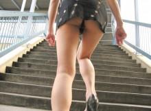 階段の下から覗くスカートの中のエロアングル!