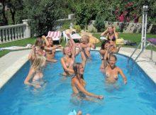おっぱいまる出し!?海外のプールがエロすぎる…スケベなおっぱいだらけのトップレスプール画像