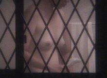 """<span class=""""title"""">犯罪の匂いがする…ガチで覗きをしているような興奮感!そこらへんの民家の窓から家の中を撮った盗撮エロ画像</span>"""