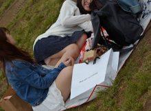 コロナも落ち着いてきたし公園にパンチラを見に行こう!まったりする女の子の無防備なパンチラ盗撮画像