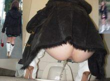 女の子のウンチングスタイルが卑猥過ぎる…おしっこしてるマンコがまる見えトイレ盗撮エロ画像