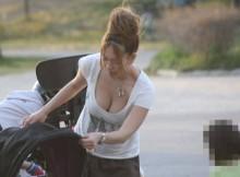 【街撮り盗撮】こぼれそうな乳袋にワロタwww子連れママの着衣巨乳画像がエロすぎてビビる~