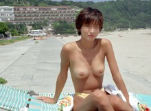 あれ…日本にヌーディストビーチってあったっけ?家族連れもいる海でスッポンポンになってる露出画像www