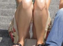 ※ハミダシ注意wwwマ●コもポロリ!?街中で迂闊にしゃがんだ素人の股間がヤバいパンチラ画像!