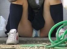 最近の娘はパンツくらい平気なのか?www女子●校生のしゃがみパンチラ画像がヤバいwww