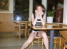 【※ま●こ注意】野外でまんこをチラチラ見せつけるノーパン痴女のアソコがヌレヌレなんだがwww