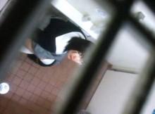 【ガチ犯罪】女子トイレを上から盗撮したったwwwww