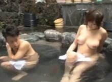 【画像あり】混浴温泉に素っ裸の女が入ってきた → おっさん達のチラ見のしかたに草不可避wwwww
