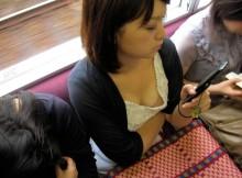 電車で座ってる女は谷間見放題という罠…股間が目線の高さになるから勃起するなよwwww