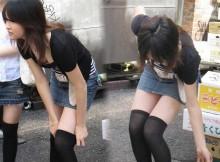 性欲を刺激する街撮りニーソはやっぱこの組み合わせだよなwwwミニスカに黒ニーソが創りだす絶対領域こそ至高!