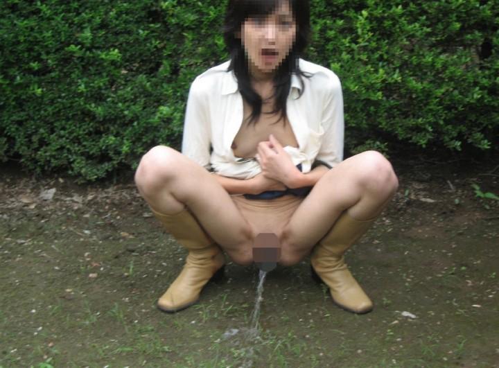 【野外放尿】この開放感が癖になるぅ~野外放尿の魅力に取り憑かれた女の末路・・・。