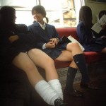 【JK盗撮画像】これなんて言う痴漢ホイホイ?至近距離で見られる電車内JKの太ももにむらむらがとまらねぇwww