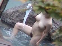【女湯盗撮画像】すげーおっぱいもマン毛もまる見えだぁwww露天風呂でくつろぐ無警戒な裸体がタマランチwww