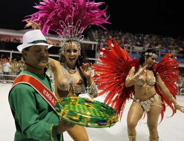 Models parade for the Camisa Verde e Branco Samba School during a carnival at the Anhembi Sambadrome in Sao Paulo February 17, 2012. REUTERS/Paulo Whitaker (BRAZIL - Tags: SOCIETY) TEMPLATE OUT