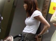 スゲー乳袋www街撮りされた素人の着衣巨乳画像がとんでもないレベルになってんだがwww