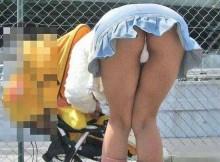 子連れママの無防備な股間だけを狙ったパンチラ盗撮を見ると背徳感で興奮がとまらないンゴwww(15枚)