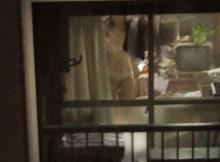 犯罪なのにやめられない…民家の窓から覗く女性の赤裸々な私生活がめっちゃ興奮する民家盗撮画像