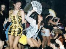 昭和のオッサン歓喜!バブル全盛期素人娘が裸同然で踊ったディスコのエロ画像が生々しすぎるww