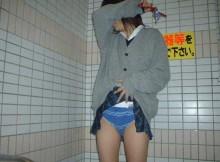 すげー背徳感wwwJKが自分のスカートたくし上げてるパンチラ画像がクッソ抜けるンゴwww