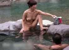 ここなら逮捕されねぇぜ!と嬉しそうに露天風呂で全裸になる露出狂の皆さんwww