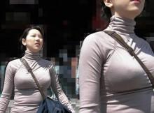 すげー!これマジかよwww街中の視線を釘付けにする天然巨乳娘のパイスラ画像が余裕でシコれるぞwww