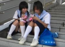 やっぱり女子高生の生パンは興奮するwww街撮りしたJKしゃがみパンチラ画像貼ってくぞww(画像15枚)