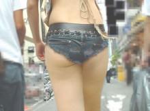 デニムホットパンツからエロい尻はみ出してる女wwwこんなん痴女だろwww