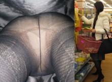 パンスト越しに見えるパンツがエロいわぁww黒パンストのお姉さんを狙った逆さ撮り画像