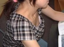 素人さんのポロッと溢れる小粒乳首がたまんねー胸チラ画像