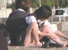 色々なアングルから楽しむミニスカ高校生のしゃがみパンチラ画像wwww