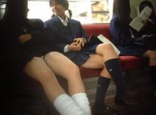 夕方の電車内がカオスすぎるwwwお行儀の悪いJkの太ももがやべぇなwww