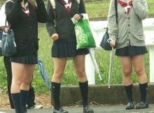 【街撮りJk】限界まで太ももを露出させて通学する高校生…この中の何人が援●でおっさん相手に股ひらいてんだろうなwww
