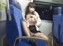 まともな神経じゃ出来ない…見つかれば逃げ場もない電車内で裸になってる変態女のやばすぎる露出エロ画像