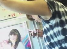 電車に乗ればこんな卑猥なもんがタダで見られるのかwwwつり革持ってる女の子の腋画像がヤバいwww