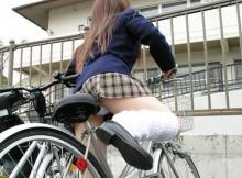 こんな身近にパンチラスポットがあっとはwww自転車の乗り降りの瞬間は無防備!自転車置き場が熱いぜwww