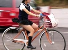 【自転車パンチラ】新学期が始まってしっかり目に焼き付けておきたい朝の通学風景www