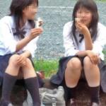 【高校生しゃがみパンチラ】街中の至るところで座っちゃう女の子のパンチラ…いろんなパンツがあるなぁwww