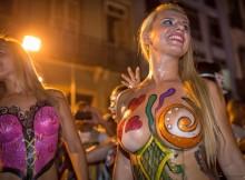 おっぱいまる出しで踊り狂う本場のサンバカーニバル!女の子がなぜここまで熱狂するん?www