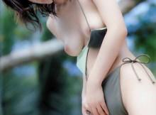【乳首あり】巨乳化バンザイwwビキニから乳首がポロッと溢れてるギャルを発見するとテンションあがるよなwww