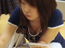 買い物に夢中でおっぱいまる見え!!ちょっと前屈みになった女の子の谷間がクソエロい胸チラエロ画像