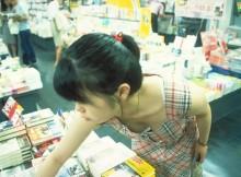 胸チラの季節到来www買い物中のお姉さんおっぱいまる見えでっせ~~www