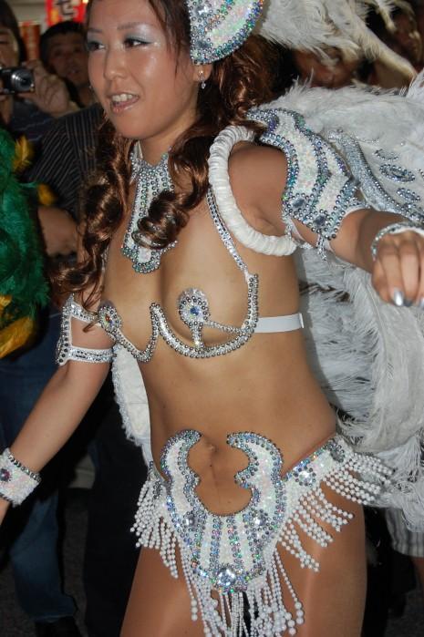 真っ昼間から裸同然で踊り狂う日本のサンバカーニバルがエロすぎるwww(15枚)その1
