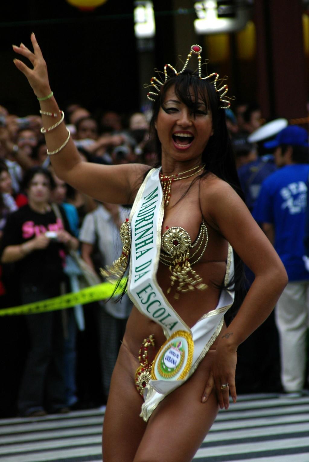 真っ昼間から裸同然で踊り狂う日本のサンバカーニバルがエロすぎるwww(15枚)その2