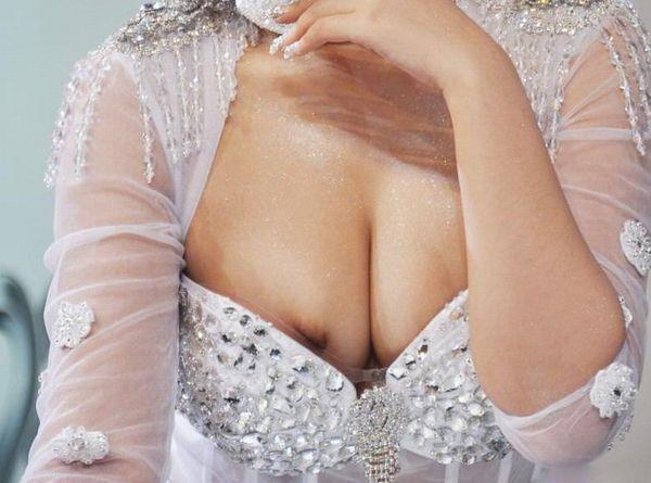 キャンギャルのお姉さんが乳輪や乳首まで見せてしまう!ニップレス忘れちゃったか!(10枚)その2