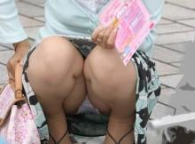 奥さ~ん、意外と可愛いパンティー履いてるんですねwww子供に気を取られた若ママさんのパンチラがぐぅシコwww(15枚)