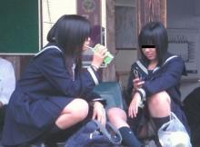 街中のいたるところで見られる下半身ゆるゆるな高校生のしゃがみパンチラwww