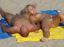 ヌーディストビーチで憧れの白人オマンコエロ画像を視姦クンニしたいww(19枚)