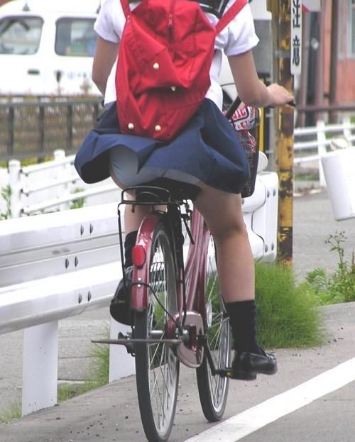 自転車パンチラエロ画像を大量ゲット!チャリ通女子の股間は狙い目ww(22枚)その1