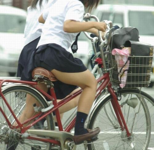 自転車パンチラエロ画像を大量ゲット!チャリ通女子の股間は狙い目ww(22枚)その2