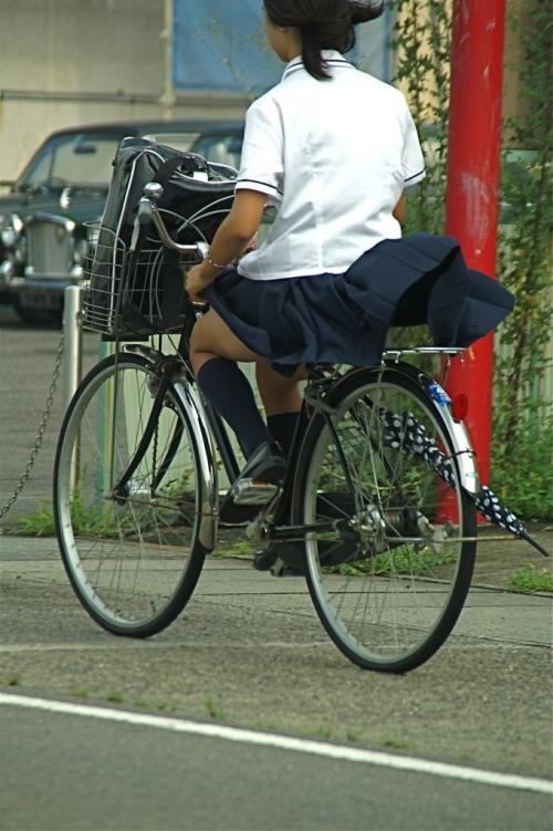 自転車パンチラエロ画像を大量ゲット!チャリ通女子の股間は狙い目ww(22枚)その3